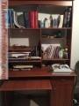 Biblioteca de madera con gaveta, puerta y compartimientos para tv o pc