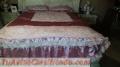 Precioso cubre cama de charmet y encajes para cama queen